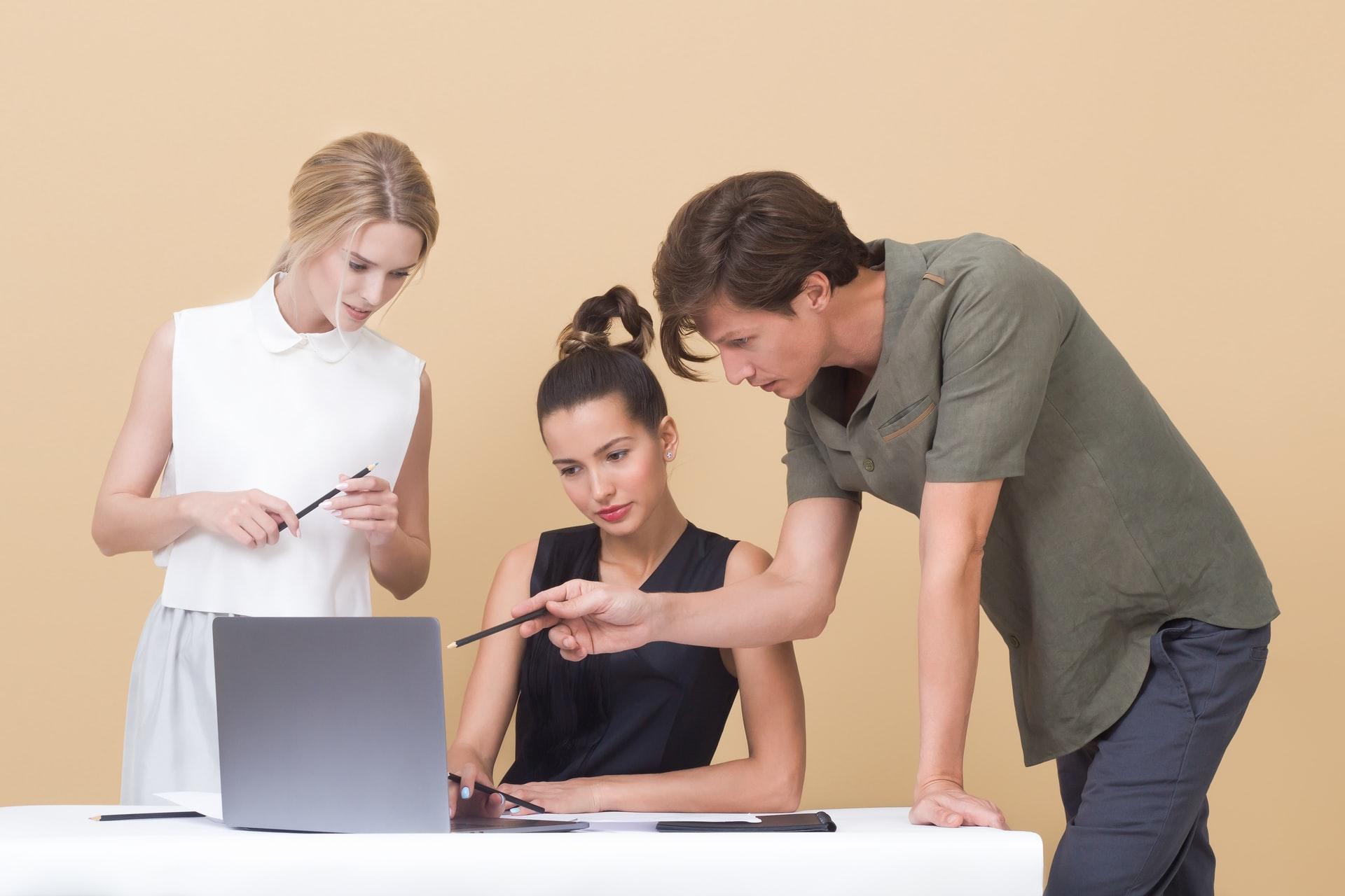 「転職に有利!サラリーマンの人材価値を高める方法とおすすめのスキル」のアイキャッチ画像