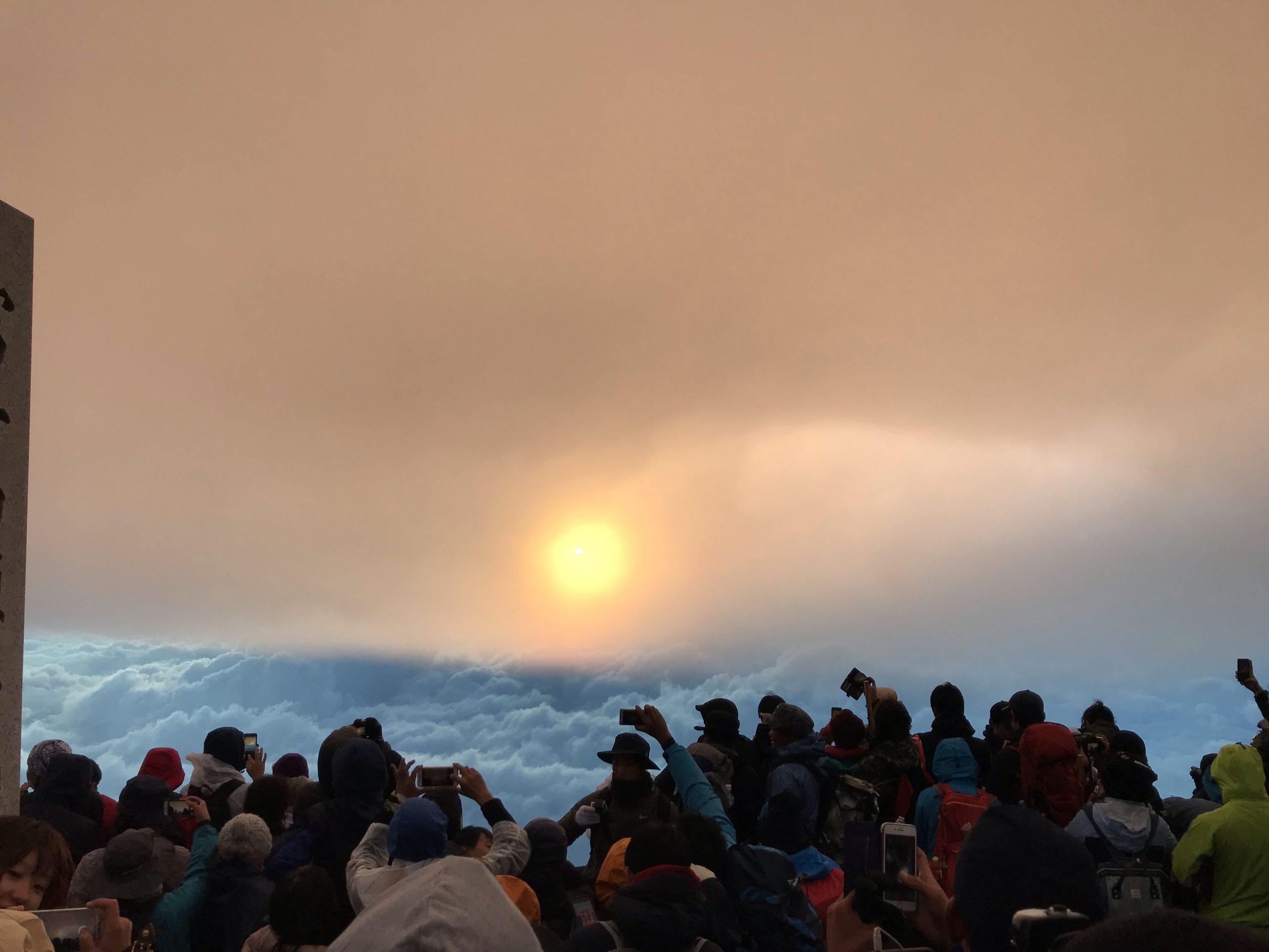 「【登山】初心者が富士山を登頂するのは可能?おすすめの準備を紹介!」のアイキャッチ画像