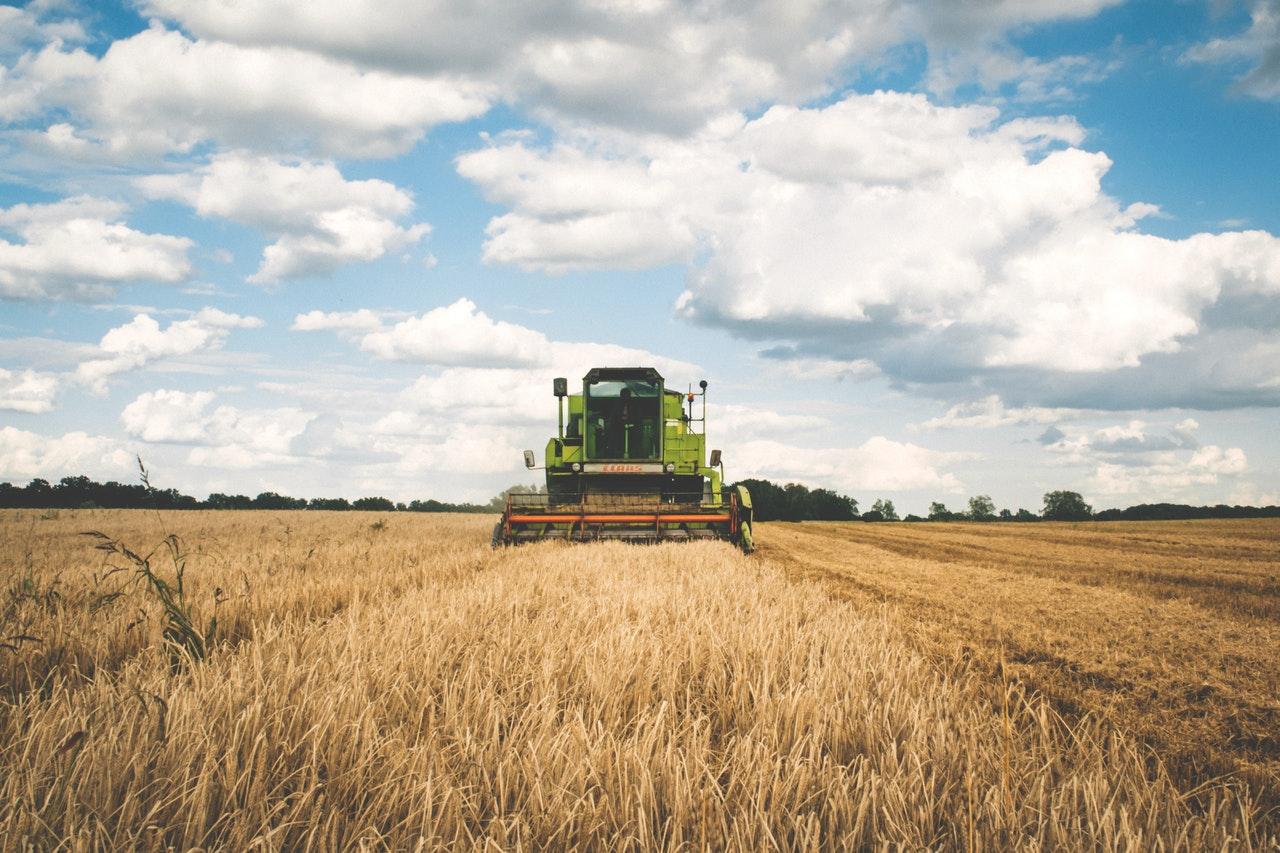 「副業で人生が変わる!サラリーマンにおすすめの農耕型のビジネスとは」のアイキャッチ画像