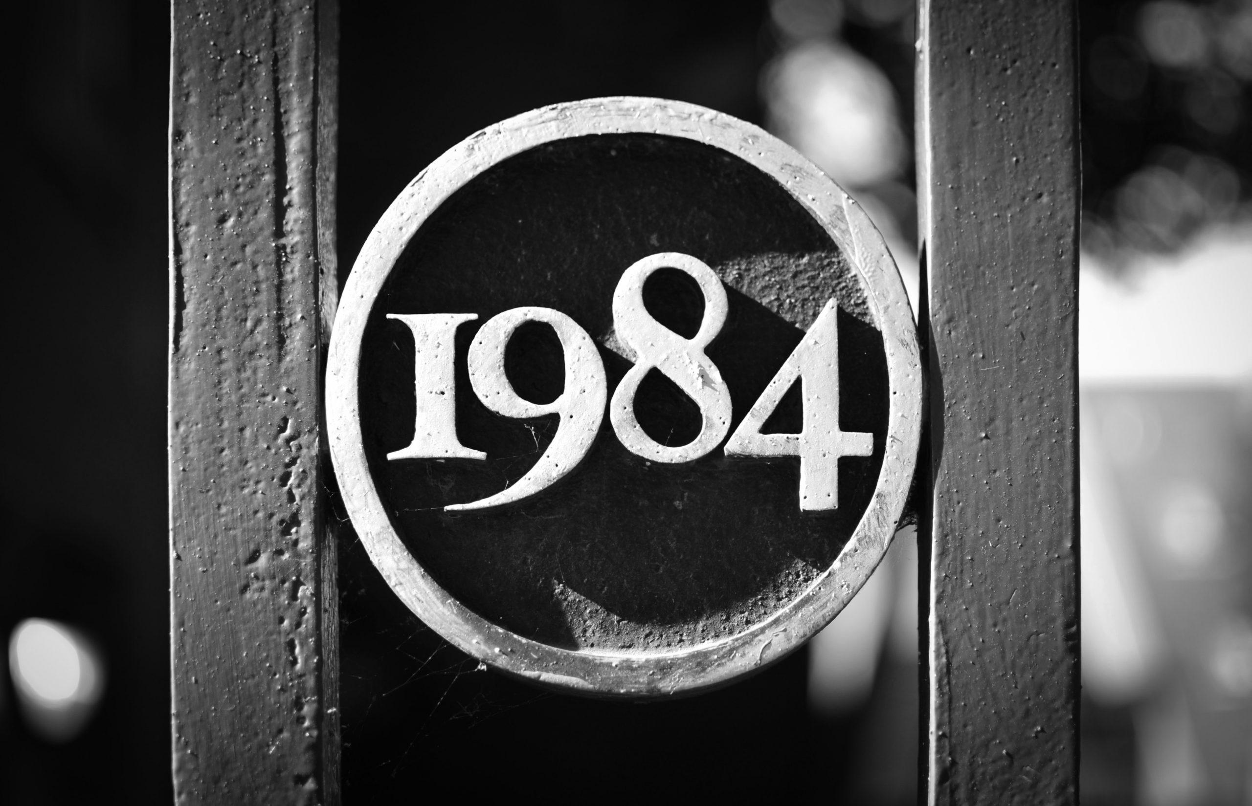 「最恐のおすすめ小説『1984年』byジョージ・オーウェルの紹介!」のアイキャッチ画像