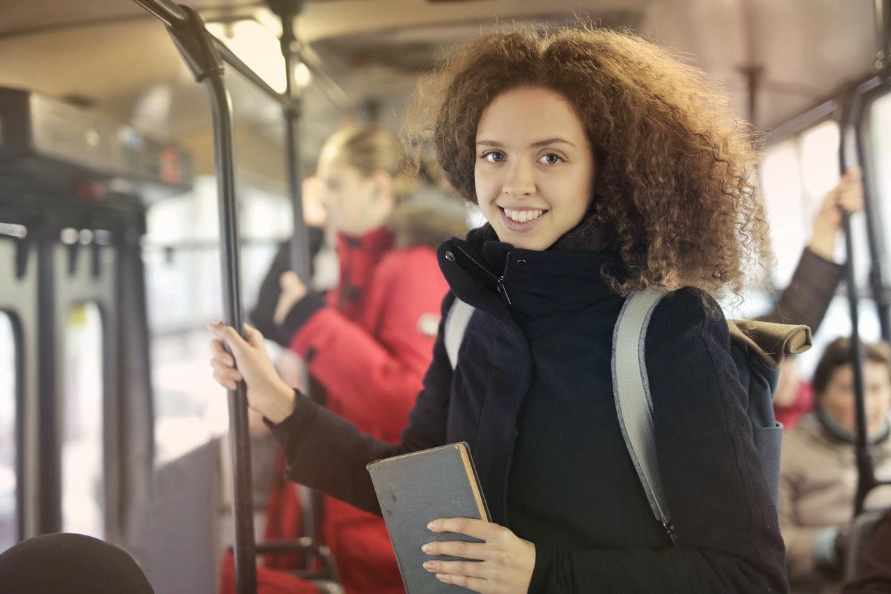 「【サラリーマン必見!】無駄な通勤時間のおすすめの活用法3選」のアイキャッチ画像