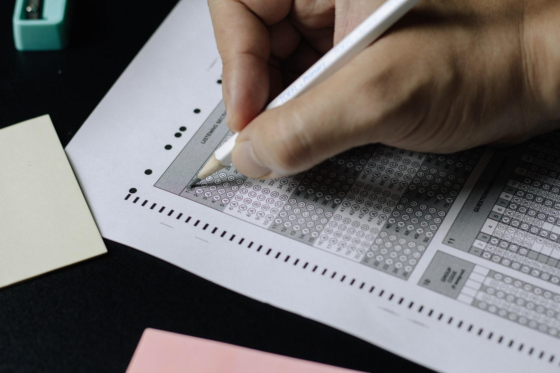 「TOEICを受ける意味は?テスト受験のメリットを英語で解説」のアイキャッチ画像